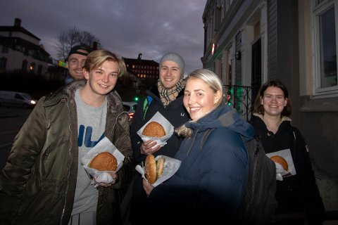 NYTT STED: Sesam åpnet onsdag sin andre avdeling i Trondheim, og enda en vil ifølge eieren komme neste år. Stedet lovte gratis hamburger til de første hundre kundene. I front står Elise Johansen og Sigmund Blix, som sikret seg de to første burgerne.