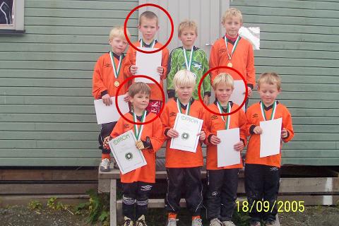 Her er en stolt guttegjeng på Othilienborg etter å ha fått sitt første fotballdiplom. Magnus Johansen (rød ring, toppen) har spilt i Utleira hele livet, mens Andreas Økland (rød ring til venstre) og Even Kvalvær (rød ring til høyre) har vært litt rundtomkring. Sammen mottar de fredag kveld sitt første seriegull.