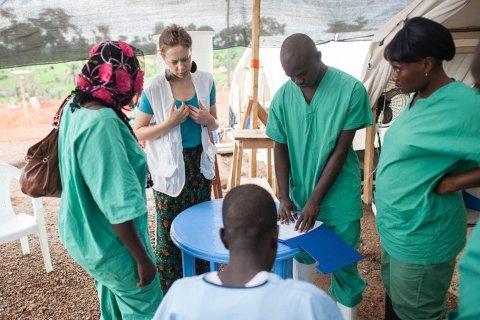 Ane Bjøru Fjeldsæter på feltarbeid med Leger uten grenser i Sierra Leone, 2014.
