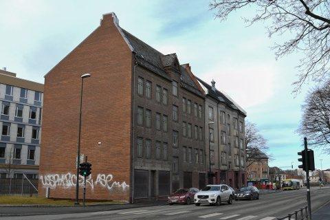 Det blir nå opp til fylket å legge premissene for om disse jugendbygningene i Elgeseter gate skal rives eller ikke, spår Rødts Roald Arentz.
