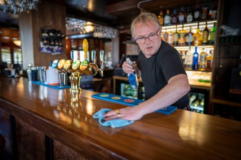 Per og Bahareh åpnet fredag 15. mai Grand Bar i Halden. Foto: Heiko Junge (NTB Scanpix)