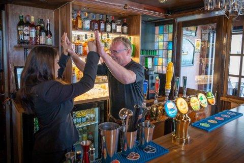 Per og Bahareh har ventet i flere måneder på å få åpne baren sin i Halden. Gleden var stor da den første halvliteren ble solgt. Foto: Heiko Junge (NTB Scanpix)