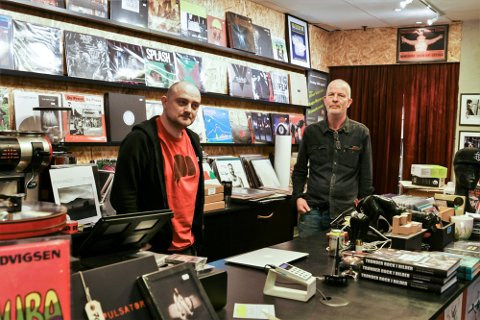 Daglig leder Torgeir Lund og butikkmedarbeider Gunnar Øra  jobber på platebutikken Crispin Glover på Olavskvartalet.