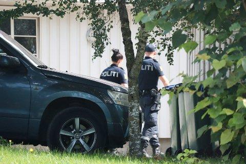 En mann i 50-årene døde i Verdal lørdag morgen. Her er politiet på rundspørring i området.