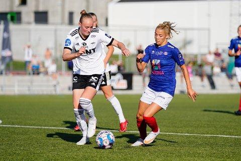 Rosenborgs Emilie Bragstad og Vålerengas Celin Bizet Ildhusøy i toppseriekampen i fotball mellom Rosenborg og Vålerenga på Koteng Arena.
