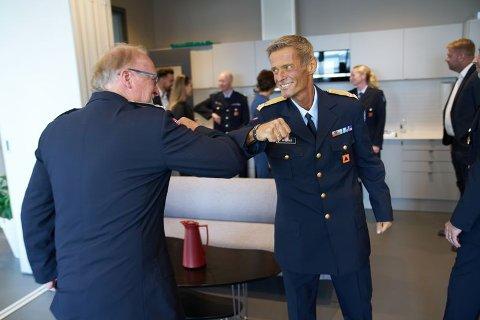 RESPEKT: Jørn Ove Myrvold hilser på kollega Ole Kristian Aagaard, distriktssjef i Sør-Trøndelag sivilforsvarsdistrikt, under onsdagens tildeling på helse- og beredskaphuset i Steinkjer.
