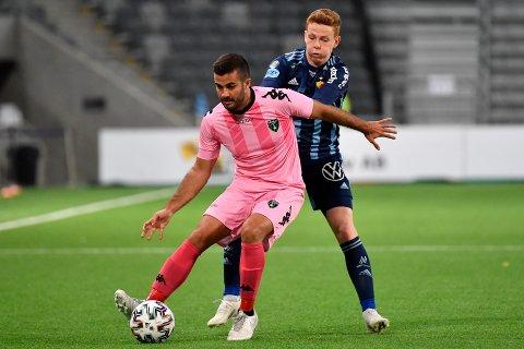 Aslak Fonn Witry og Djurgården spilte sist sommer kvalifisering til Champions League. Det endte med nedtur og Europa League-kvalik som trøstepremie. Her i duell med Europa FC's Marco Rosa Blanco hjemme i Tele 2-Arena.