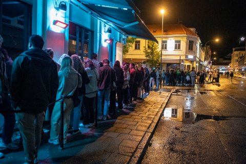 Det var mye folk ut på byen også natt til lørdag. Likevel var det helt andre tilstander enn forrige helg.