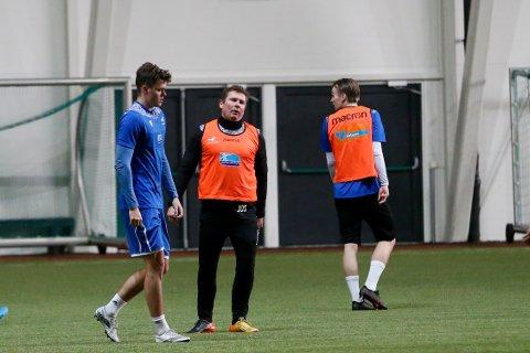 PÅ SPISSJAKT: FKH og trener Jostein Grindhaug, her på trening i Storhall Karmøy tirsdag.