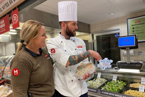 Kjøpmann Monica Kjendalen og ferskvaresjef Ståle Sandvik ved Meny Solsiden. Bildet er tatt ved en tidligere anledning.
