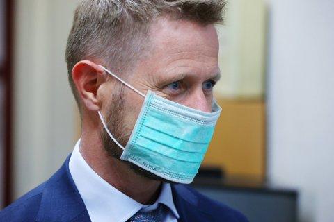 IKKE ALENE: Helse- og omsorgsminister Bent Høie demonstrerte ved et uhell en av mange måter man kan bruke et munnbind feil tidligere i år.  Det er imidlertid andre munnbindfeil som er mer utbredt. Foto: Ørn E. Borgen (NTB)
