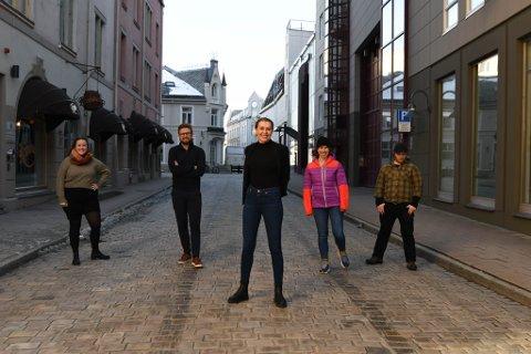 Jubelstemning utenfor kontoret: Fra venstre Sanna Drogset Børstad, Andreas Haakonsen, Vanja S. Holst, Anniken Renslo Sandvik og Viljar Valsø. Foto: Nidaros