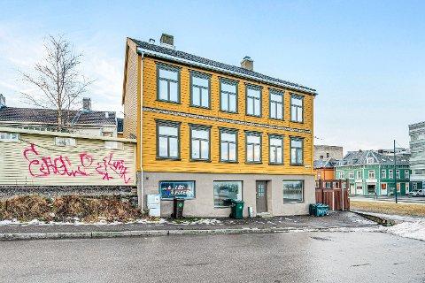 Det var Trondheim kommune som var selger av leiligheten. De ønsket først å selge hele bygården under ett for 13 millioner, men politikerne satt foten ned.