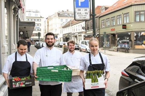 To rom og kjøkkens kokker Andreas Trøjgaard, Johnathan Barstad, Eskil Hildonen og kokkelærling Tonje Sve har tatt imot en haug med varer og er klare for å gjenåpne restauranten igjen.