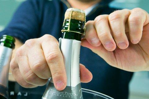 Alkovettorganisasjonen Av-og-til ber foreldre tenke seg om før de åpner champagnene i år. Med mer tid hjemme kan ett glass fort bli til tre.
