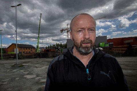 BORTE: I dette området, på Heggstadmoen sør for Trondheim, drev RD Gruppen sin virksomhet. Samtidig var firmaet registrert på en privatbolig i Hammerfest. Vidar Sagmyr ved Byggebransjens Uropatrulje konstaterer at skiltene er tatt ned og utstyret stort sett solgt.