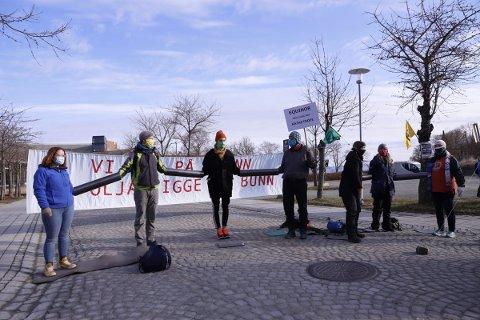 XR var på plass med bannere på Rotvoll mandag morgen.