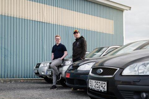 Christoffer Langø Walseth (19, til venstre) satser for fullt på bil. Til høyre er fosterbror Henrik Moe Rødven, som også er styremedlem i AS-et.