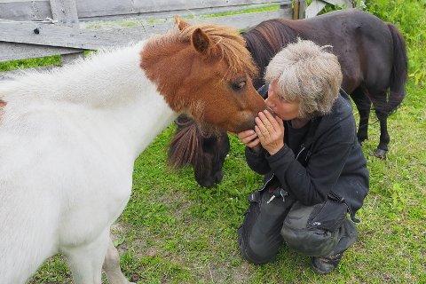 BARFOTTRIMMER: Marika Mo (58) sverger til barføtte hester. Her får mini-hesten Calista en suss.