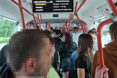 TETT I TETT: Slik så det ut da Linn Merethe Killingberg tok buss fredag.