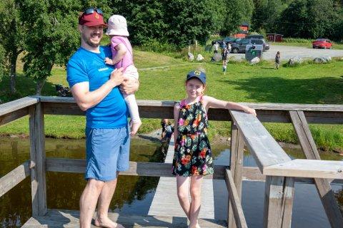 Charlotte Marylin Walseth-Evans har tatt med seg pappa Dan Evans og lillesøster Solveig til Hestsjøen denne søndagen.