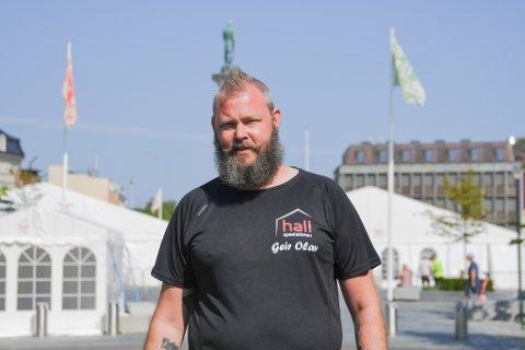 Geir Olav Sandnæs (42) rigger byen klar for festival.