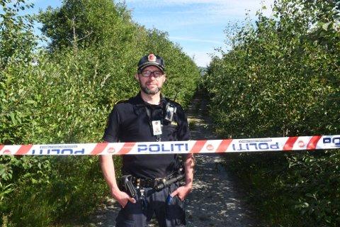 STENGT: Hele turområdet er stengt etter at det ble funnet en granat på Ørin naturreservat. Tommy Bratås er en av de som har fått i oppdrag å passe på granaten til forsvaret kommer.