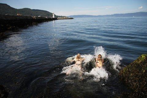 SKANSEN: Årets første bad for Monika Arntzen (29) og Camilla Skaret (28). De kastet seg bare uti det søndag.