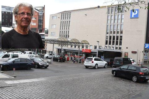 Slik så det ut utenfor Bilhuset Ola Brun i Kjøpmannsgata tirsdag klokken 08.15. Også ute langs gata ved parkometrene var det kjåka fullt.