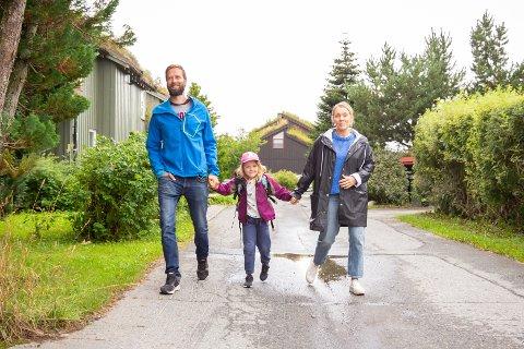 Alma Bergstrand Taskila følges av pappa Hugo og mamma Marte på vei til første skoledag på Hårstad skole.