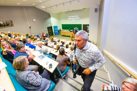 Dekan Solli rømmer salen under kritikken av nedleggelse på Campus Nesna.