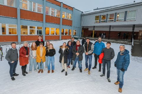 Elever, skoleledelse og politikere i skolegården på Kvaløysletta skole.
