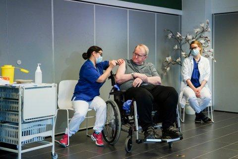 Svein Andersen (67), beboer på sykehjem i Oslo, var den første som fikk koronavaksine her i landet. Her setter sykepleier Maria Golding den første sprøyten. Foto: Fredrik Hagen NTB
