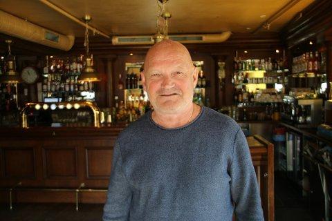 SKJENKEFORBUD: Harry Granås trodde først ikke det han hørte da regjeringen innførte forbud mot skjenking av alkohol. Nå stenger han ned tre utesteder i Tromsø.