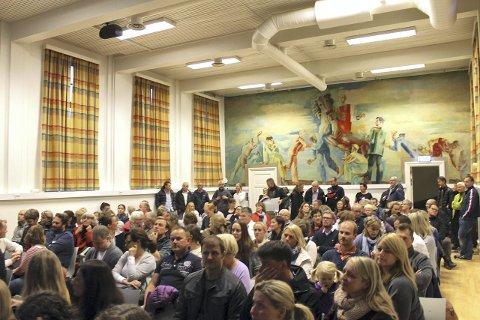 HELT FULLT: Mange engasjerte foreldre møtte mandag denne uken opp på Østensjø skole for å si sin mening og høre hva Utdanningsetaten hadde å si om skolegrensene. Det var ikke én stol ledig i lokalet.