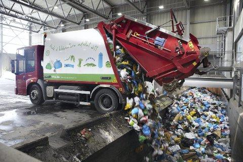 AVFALLSMOTTAK: Søppelbilen tømmer søppelposene i avvfallsmottaket, akkurat dette bildet er fra Haraldrud gjenvinningsanlegg. Foto: Energi- og gjenvinningsetaten (EGE)