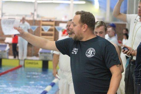 FORNØYD: Elitetrener Joachim Lilleåsen var fornøyd med innsatsen til svømmerne sine i Lambertseter Open.