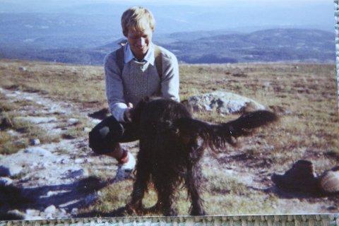 GLAD I FJELLET: En ung Karsten Alnæs på Norefjell med familiehunden Tilla.