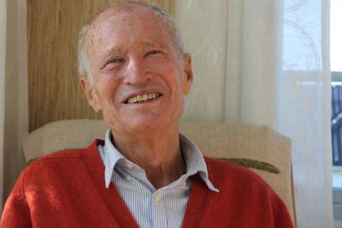 LIVET, DEN NYE BOKA OG KJÆRLIGHETEN: Forfatter Karsten Alnæs har i sitt livs høst begått en vâr og stillferdig kjærlighetsroman. 77-åringen sier han er ferdig med å skrive historiebøker. Nå utforsker han med ord og tanker intet mindre enn kjærligheten.