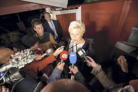 BELEIRET AV PRESSEN:  Da finansminister Siv Jensen kom ut av boligen sin på Nordstrand i dag morges, var pressen på plass for å få de første kommentarene til statsbudsjettet. Foto: Heiko Junge, NTB/Scanpix