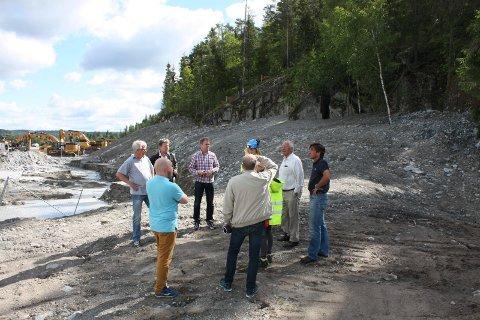 FOR DYRT: Det nye byrådet synes den nye skytebanen somer planlagt bygget på Åsland blir altfor dyr. Her fra en befaring tidligere i år. Arkivfoto: Aina Moberg