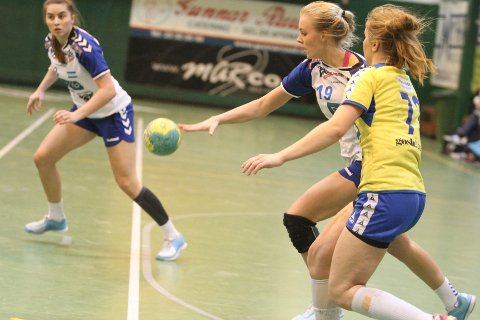 GOD: Emilie Løkting Johansen (venstre) og NIF slo Anna Lindholm og BSK 27-26.
