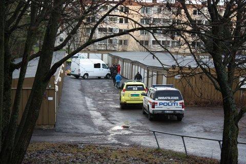 ÅSTEDET: Bildet ble tatt samme dag drapet skjedde. Nå har flere satt opp lys og blomster til minne om Catrine Røthe på åstedet ved tregarasjene i Beiteveien.