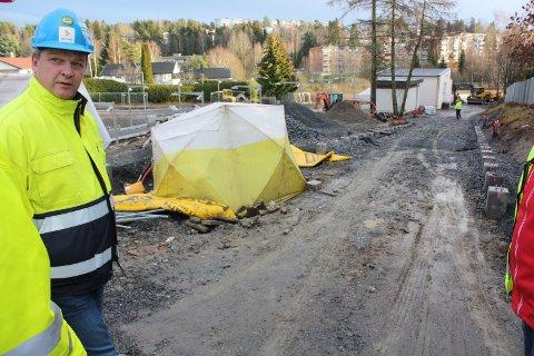 ADKOMST: Sporveiens prosjektleder Arnt Jørstad viser den uferdige rampen ned til Ulsrud stasjon.