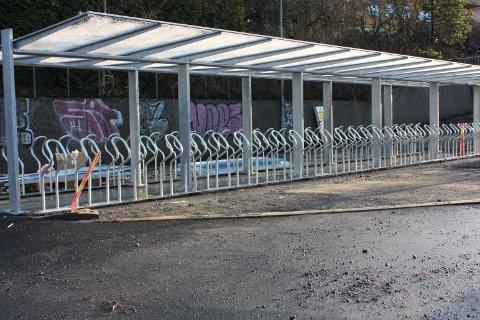 Ny sykkelparkering ved Skøyenåsen T-banestasjon. Her er 60 plasser. Antallet varierer ved hver stasjon, etter hva det har vært plass til.