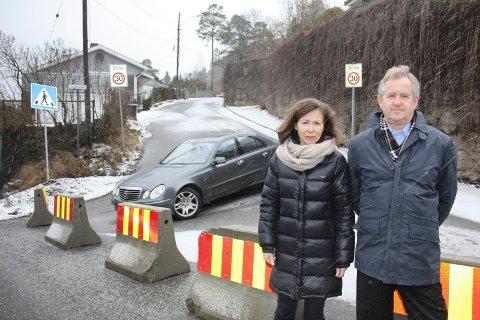 VIL HA BOM: Siri Wiig og Bjørn Roksvold fra Krokkleiva føler seg isolert etter at betongklossene ble plassert i Vingolfveien ved Nordstrandveien. Foto: Aina Moberg