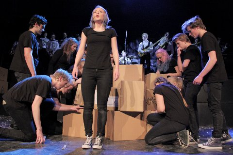 FLYTTESJAU: Hanne Nordeng og resten av Manglerudrevyen er preget av pappesker i 2015. Innholdet stråler! Alle foto: Karl Andreas Kjelstrup