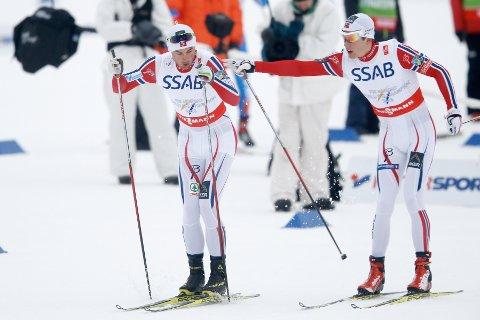 TREDJE ETAPPE: Anders Gløersen (t.h.) gikk tredje etappe og sender her Petter Northug ut på siste etappe under herrenes 4x10 km stafett i ski-VM i Falun fredag. Foto: Terje Pedersen / NTB scanpix