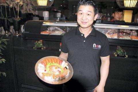 SUSJI-SJEF: Johnny Hua åpnet Nori Sushi i Sandstuveien på Brattlikollen i 2011. Det har vært en stor suksess. I fjor måtte han utvide kjøkkenet. Foto: Karl Andreas Kjelstrup