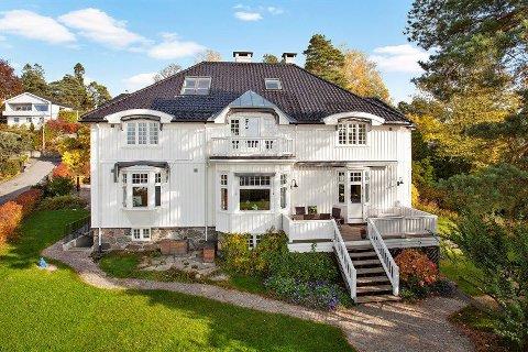 HERSKAPELIG: Villaen fra 1916 er pusset opp etter alle kunstens regler og fremstår som ny, forteller megler Anders Langtind.